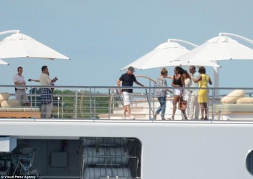 Vợ chồng ông Obama đi nghỉ trên siêu du thuyền 300 triệu USD