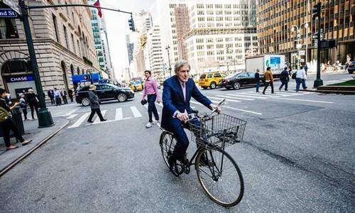 CEO ngân hàng 83 tuổi vẫn đạp xe đi làm