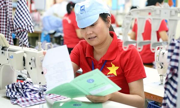 Bàn giao 3,1 triệu sổ Bảo hiểm xã hội cho người lao động