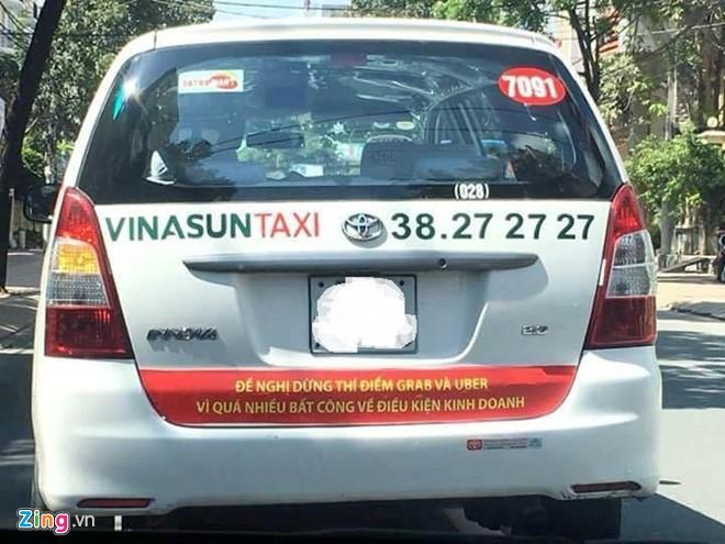 Bùng nổ taxi dán khẩu hiệu phản đối Uber, Grab