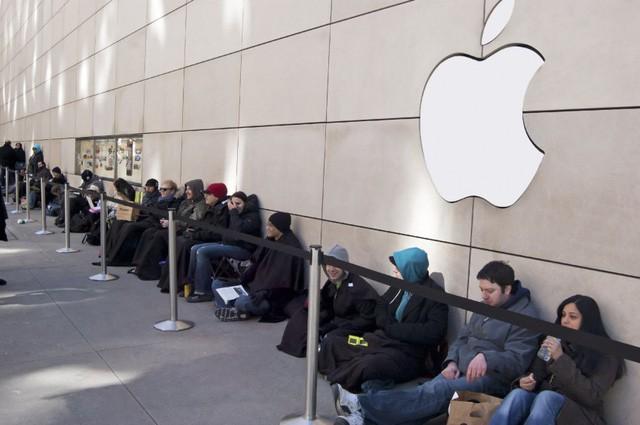 Thương lái 'tuyển quân' xếp hàng mua iPhone X