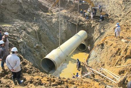 Bắt 2 giám đốc liên quan đến vụ vỡ đường ống nước sông Đà