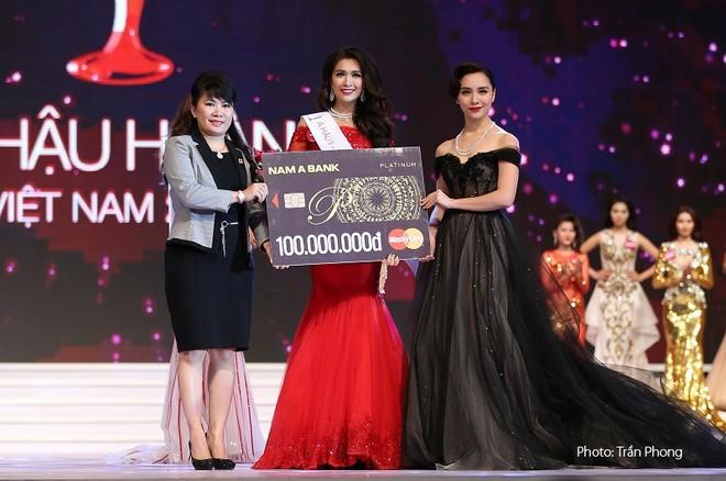 Nam A Bank tặng thẻ MasterCard Platinum cho tân hoa hậu hoàn vũ Việt Nam 2015