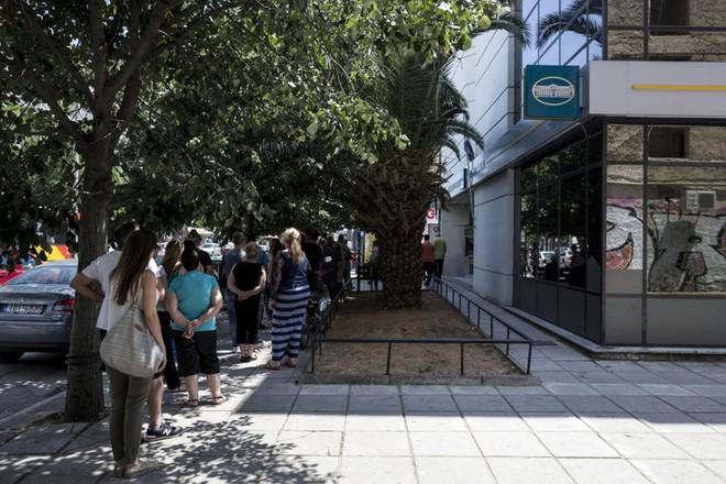 Hy Lạp đóng cửa các nhà băng chống làn sóng rút tiền