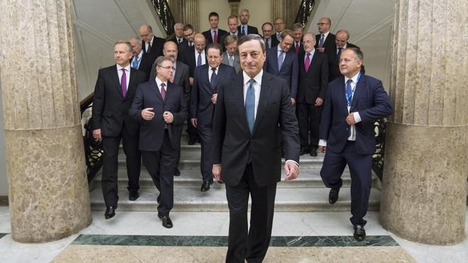 """Chủ tịch ECB, Draghi đáp trả chỉ trích """"nới lỏng quá đà"""""""