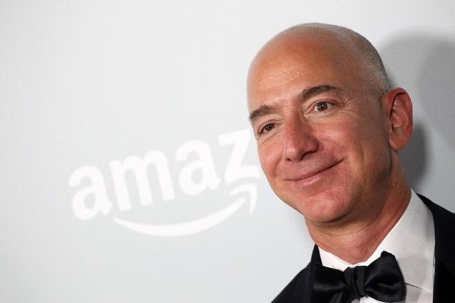 """Jeff Bezos giành được """"ngôi vị"""" Warren Buffett nắm giữ 15 năm qua"""