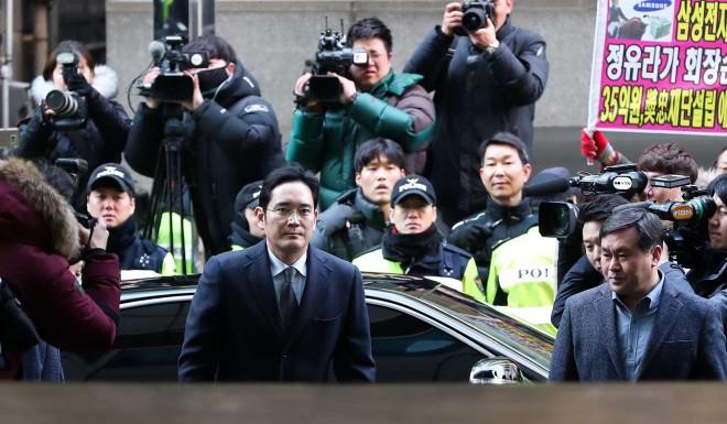 Người thừa kế Samsung nối gót cha mình vướng vào scandal