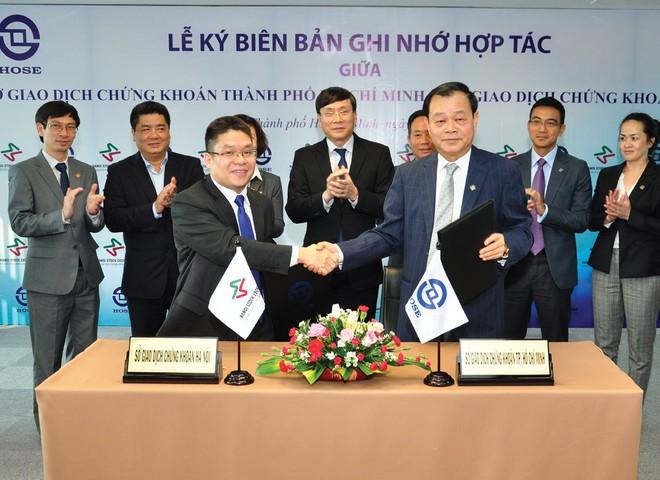 Hợp nhất 2 sở giao dịch chứng khoán: Việt Nam không thể làm khác thông lệ